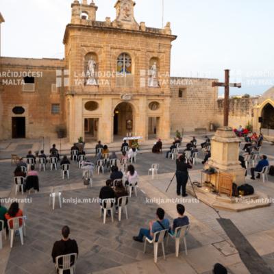 Velja ta' talb bi tħejjija għall-ordinazzjoni presbiterali, quddiem il-Knisja tal-Kapuċċini, il-Kalkara – 06/05/21