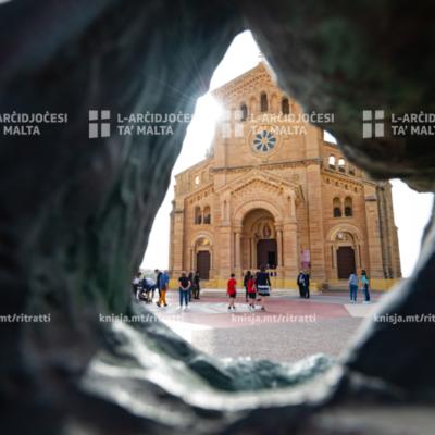L‑Isqfijiet talbu r‑rużarju flimkien bħala parti mill‑'katina ta' talb' li nieda l‑Papa Franġisku mis‑Santwarju tal‑Madonna Ta' Pinu f'Għawdex, u quddiesa b'talb għall‑għalliema u l‑edukaturi  – 25/05/21