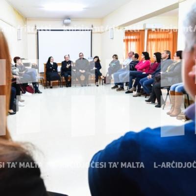 L-Isqof jiltaqa' mal-leaders u ġenituri waqt il-Viżta Pastorali fl-Iklin – 09/03/19
