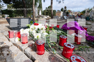 L-Arċisqof jitlob fuq il-qabar tal-24 migranti li mietu fil-Baħar Mediterran f'April 2015 – 15/05/19