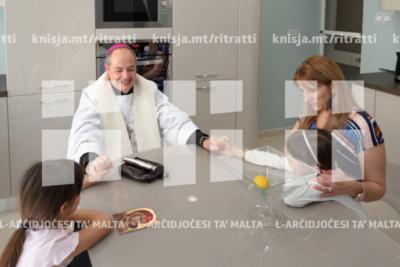 L-Isqof Awżiljarju jbierek għand xi familji fil-parroċċa ta' Ħal Għargħur bħala parti mill-programm tal-parroċċa għat-tberik ta' żmien l-Għid – 31/05/19