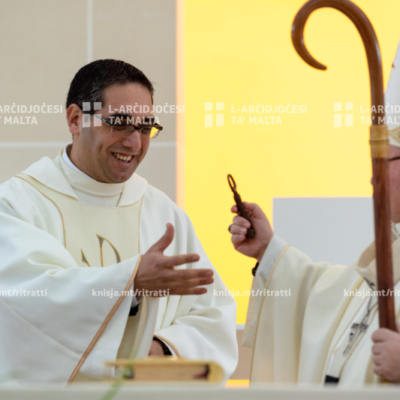 L-Arċisqof iċċelebra Quddiesa li fiha Fr Andrew Galea ingħata l-pussess, fil-Knisja Parrokkjali, il-Qawra – 12/01/20