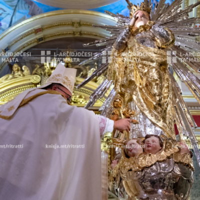L-Arċisqof mexxa t-talba tal-Għasar flimkien mal-Kapitlu u wara mexxa r-rużarju u għalaq bil-barka sagramentali, fil-Bażilika Minuri ta' Marija Bambina, l-Isla.  – 08/09/20